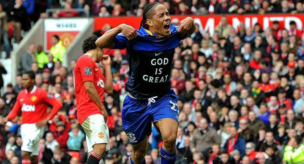 Steven Pienaar scores against Manchester United